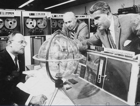 Helmut Hölzer (links) und Wernher von Braun (rechts) im Marshall Space Flight Center der NASA
