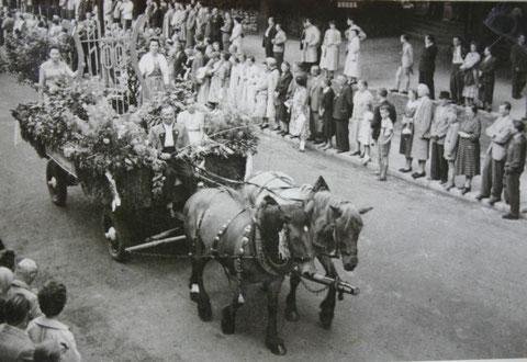 Fritz Trautvetter zu 100 Jahre MGV 1957 und Annerose und Ute (Hartmann) neben der Lyra
