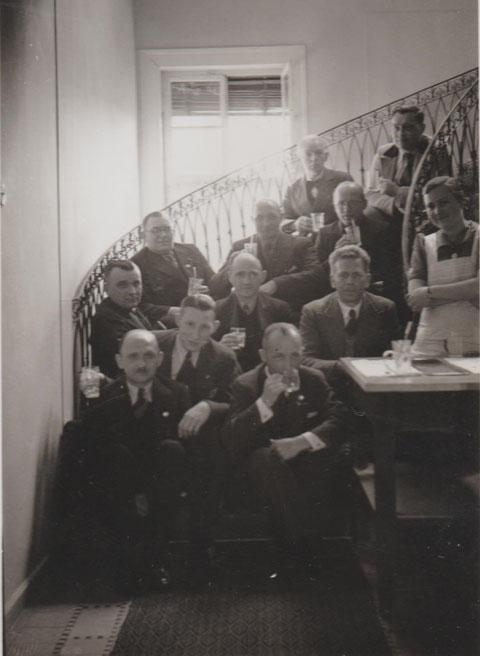 Als Palais Weimar als Kurhaus genutzt wurde, sitzen die Kurgäste auf der Freitreppe und trinken Mineralwasser - rechts Frau Anna Krüger, damals Brunnenmädchen - Quelle  Susanne Krügera