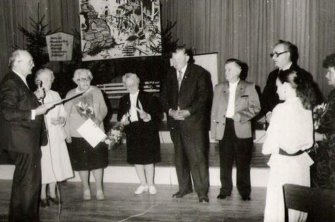 W.Lückert, damaliger Vorsitzender im Kulturhaus mit Dr. Erna Probst, Frau Börner, Herrn (Rosen)-Lösser, Herrn Bernsdorf und Frl. Döttling zum 40.Jahrestag des Kulturbundes
