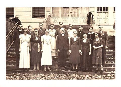 Tanzstunde 1938 im Haus Bernhard - Tanzlehrer Herr Funk aus Meiningen, rechts Horst Gehrke, der Sohn von Dr.med Fritz Gehrke,Holsatia  - Archiv Elfriede Mosebach