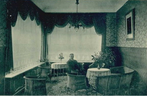 Im Damensalon Eichler/Seige sitzt ein Herr - Archiv W.Malek