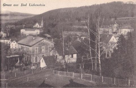 Im Vordergrund Villa Bourguet, kleines Haus Diemar, rechts Kurhaus mit Turm (Zustand vor 1914) - Quelle V. Henning