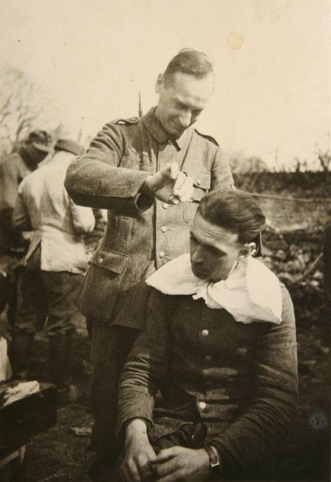 Walter Rudemann beim Frisieren 1944 an der Westfront: Quelle Frau Rosemarie Spinger