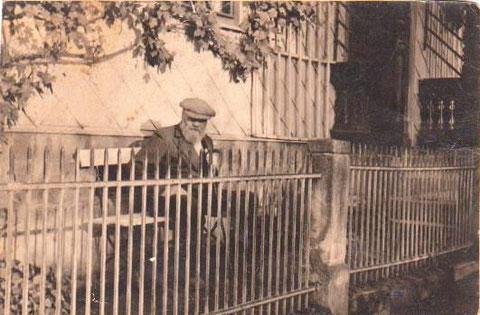 Maurermeister Karl Weyh vor seinem Haus Schulweg 1 - Sammlung Harry Stein