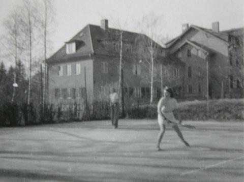 Auf dem Gelände des Kurheim Bernhard befand sich dieser Tennisplatz - im Hintergrund ist die Holsatia zu erkennen