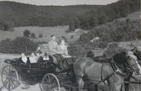 Fritz Trautvetter mit seinem Landauer in Atterode nähe Storchs Cafe