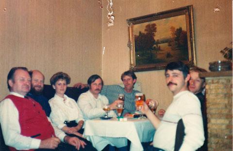 v.l. Willi Stemm (Kellner), Dietrich Wolf, Gabi Wolf, Klaus Konitzko, Klaus Reinhard, Knut Andreas, Ecke vor dem Übergang zum Terassen-Anbau