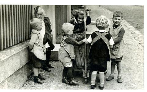 Handwagen als ultimatives Spielzeug - Sammlung Horst Schneider (der auch rechts abgebildet ist)