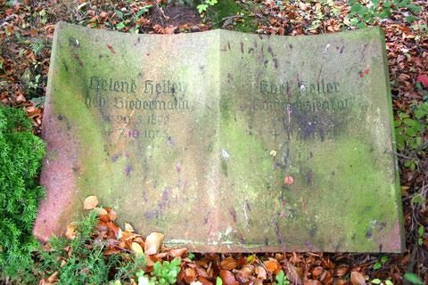 Aufnahme 10/2013 Friedhof Schweina - Viele Herbstfrüchte schmücken den Grabstein -      W.Malek
