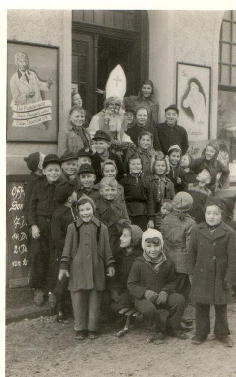 gepostet von Marlies Nössler im Dezember 2018 - Herr Schilling als Nikolaus vor seiner Drogerie- neben dem Nikolaus steht Ursula Rolappp