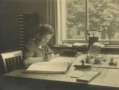 Auguste Roth 1921 als Chefsekretärin in der AHA - Archiv Kai Ziegler