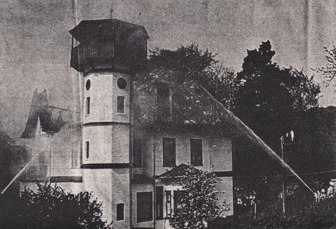 Im April 1993 wurde die Villa durch einen Brand arg verwüstet. Familie Nolle, die zu dieser Zeit das obere Stockwerk bewohnt hatte, verlor sein ganzes Inventar - Sammlung Günther Nolle