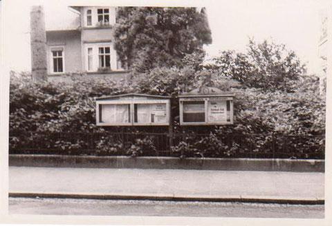Herzog-Georg-Straße 34, Anzeigetafeln vor dem ehemaligen Haus Kirchner 1960er Jahre, rechts Ecke vom Meininger Hof zu erkennen - Archiv W.Malek