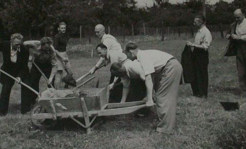 Es war der erste und gleichzeitig auch letzte Spatenstich zur Grundsteinlegung eines später nie gebauten Kindergarten duch den damaligen Landrat - Beitrag von Uwe Wenzel