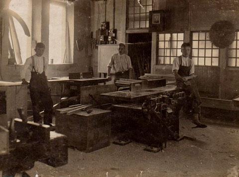 Glaserei Hopf 1930, rechts Louis Reum, links Fensterhobel und Werkbank, zentral die Abrichte -  Archiv Theo Reum Meimers