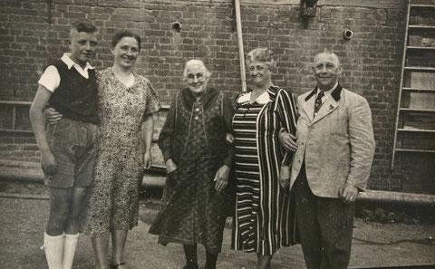 links Horst Müller, daneben Marie Müller und Oma Mine und Horsts Großeltern Lud (Ludse - genannt nach dem Redakteur Kapps vom Kaffenberger) und Linna - Sammlung E. Müller