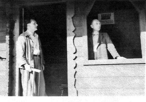Wiederaufbau der Blockhütte 1951 - links Walter Herrmann - rechts Herr Reich