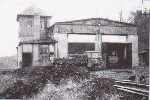 Lokschuppen Zustand 70er mit LKW Robur