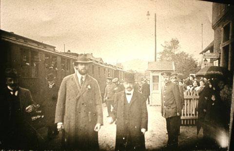 Kurdirektor Müller-Frese empfängt Besuch, nur mit Bahnsteigkarte durfte man in diesen Bereich - Archiv W.Malek