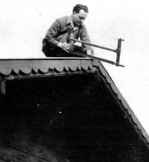 Wiederaufbau der Blockhütte 1951 - Walter Herrmann arbeitet gerade am Dachgiebel