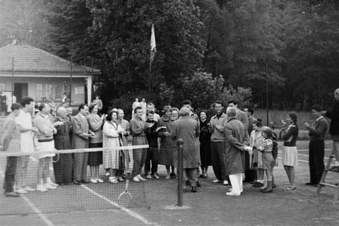 Ralf Thomä (lange weiße Hose und Mantel - Mädchen rechts daneben mit Dutt ist Hajos Schwester Barbara) 1956 am Tennisgelände - gemailt von Hajo Schilling 27.05.2020