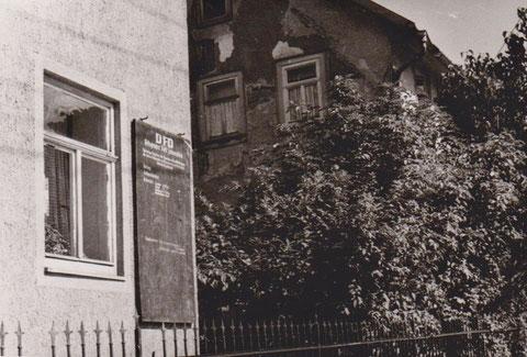 Haus Jordan mit Anzeigetafel der Ortsgruppe des DFD und Hofschmiede rechts - Archiv W. Malek, ehemals Gerda Obmann