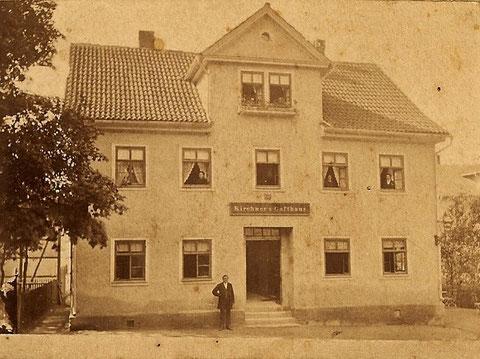 Johann Michael Kirchner vermutlich neben dem Eingang, Zustand des Hauses in dieser Form von 1859 - 1884 - Archiv Brigitte Möller, geb. Erbe