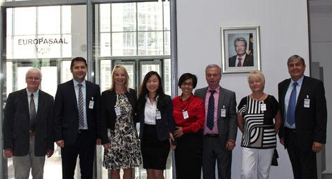 Besuch der Deutschen Botschaft in Peking durch die Liebensteiner Delegation:  In roter Bluse Frau Jinwen Li-Klawiter, links daneben ihre Tochter Siqi Klawiter, die als perfekte Dolmetscherin die ganze Tour begleitet hatte.