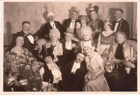 Maskenball Hotel Charlotte Februar 1929 - links hinten mit Turban, Herr Zahnarzt Obmann- Archiv W.Malek