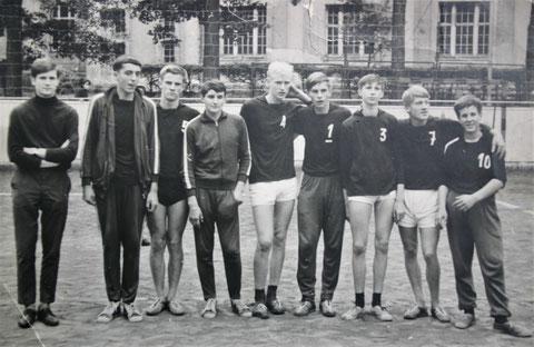 v.l. Helmut Hermann, Dietrich Sauermilch, Reiner Hildebrandt, Manfred Schlotzhauer, Paul Buchacker, Gerd Peuckert, Dieter Wolfram und Rainer Biesmann vermutlich in Saalfeld um 1964