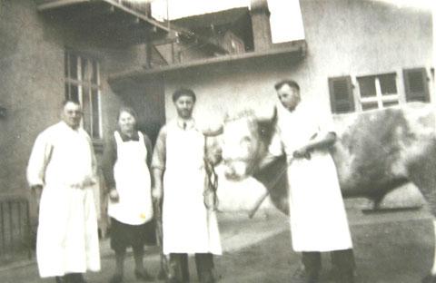 Fritz Amborn (links) und Rolf Luck (rechts) im Hof der Fleischerei - Archiv H.Luck