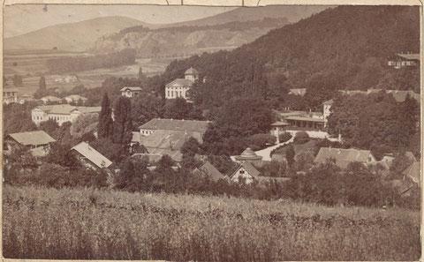 links neben der evangelischen Kirche erkennt man gut die Lubitz Villa