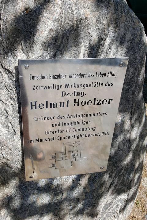 Gedenktafel für Helmut Hölzer am Forsthaus in Neu-Pudagla auf Usedom