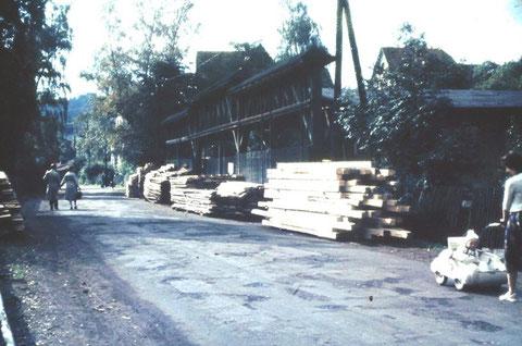 Vor dem Sägewerk Berlit in Steinbach 1960er