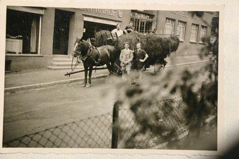 Fuhrwerk vor Möbelknauf 1937