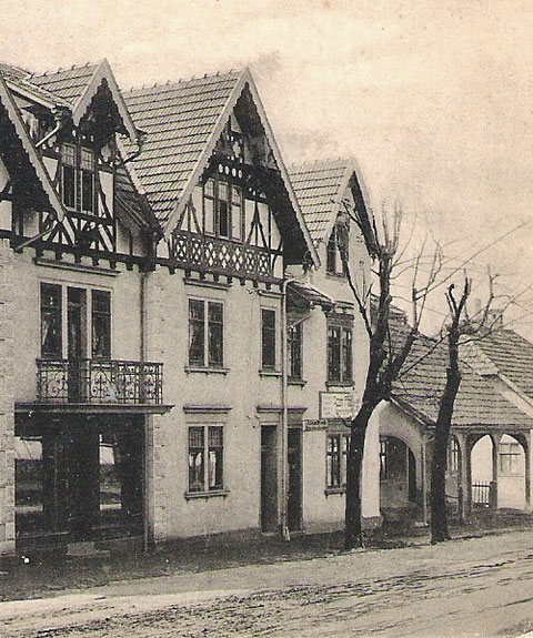 """Villa Fritz Reich, daneben Schneiderei Pfuch, dann Haus mit der ursprünglichen Nummerierung 108 und rechtsdaneben Glaserei Hopf, späteres Gasthaus """"Zum Guten Tropfen"""""""