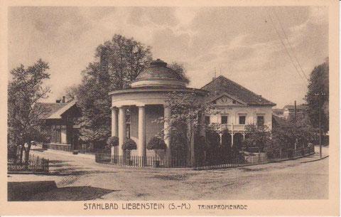 Standort der ersten Schule ist links hinter dem Brunnentempel, wo 1884 das Badehaus hingesetzt worden war - Archiv W.Malek