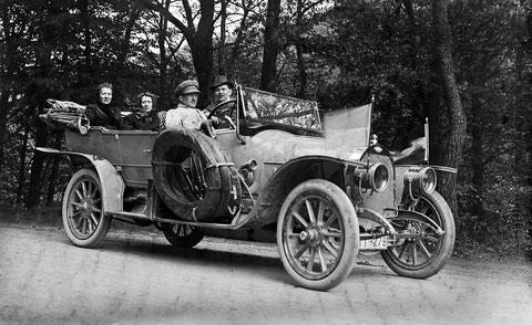 1928 Johannes Schilling (rechts auf dem Beifahrersitz) in Schweina - Quelle Hajo Schilling