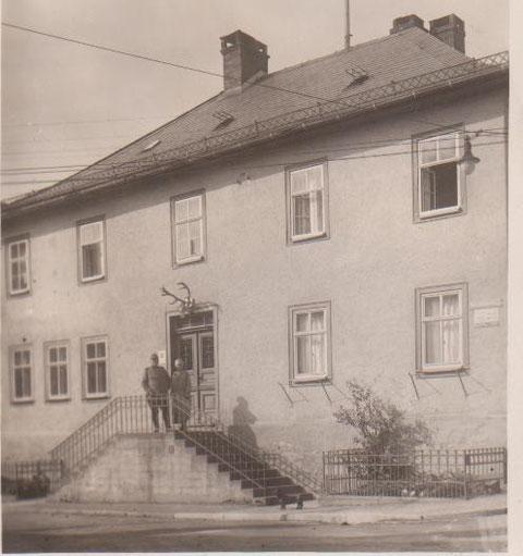 ehemals Bahnhofstraße 1, Aufnahme vor 1930, vermutlich Forstmeister Alex Laupert mit seiner Frau auf der Treppe