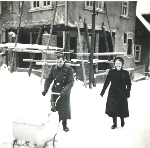 Ute Horn, geb. Hartmann im Korbwagen 1940 mit ihren Eltern vor Haus Liebenstein - Sammlung Ute Horn