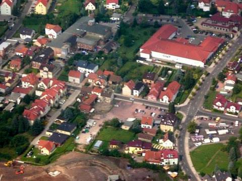 Luftbild von 2006 - links oberhalb der Barchfelderstraße ist das gesamte ehemalige Betriebsgelände einzusehen - es ist gerade Mittwoch, da gab und gibt es immer den grünen Markt