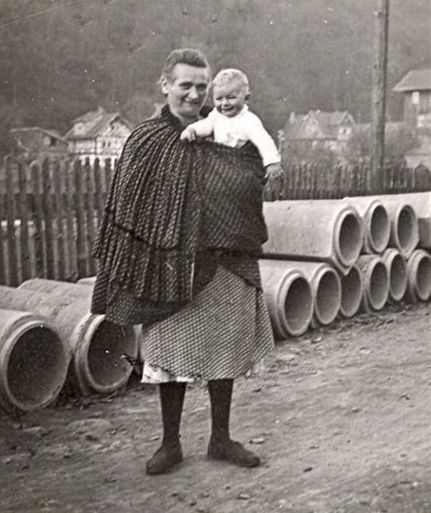 Oma im Hockmantel in Steinbach und Blick auf Kälberzahl - Quelle Kai Ziegler