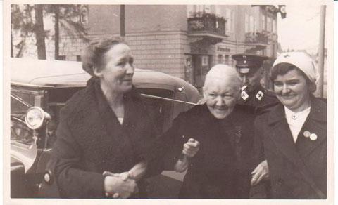 Frau Peters und Frau Liedke beim Gang zum Gemeindeamt -im Hintergrund der Meininger Hof  - Archiv W.Malek