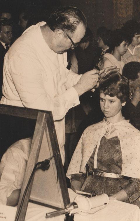 Georg Liefke beim Schaufrisieren am Model Elvira Kallenbach, geb. Gnade, spätere  Frau vom Wirt im Budchen, dem Bullewud - Quelle Martina Luther