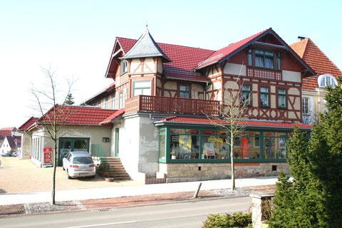 Bahnhofstraße 5, rechts Villa Obmann -  März 2012