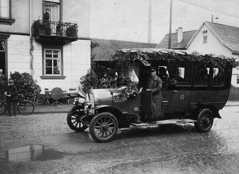 Postautomobil 1914 vor Haus Gonnermann - Archiv Helmut Hartmann, Repro Volker Henning