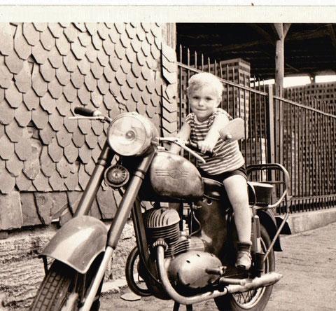 Stefan auf Erich Hanls Jawa im Hof hinter dem Schweinaer Forsthaus um 1969 - Sammlung Stefan Hanl