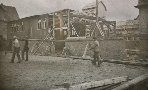 Bau der späteren Turnhallenbaracke im Herbst 1932