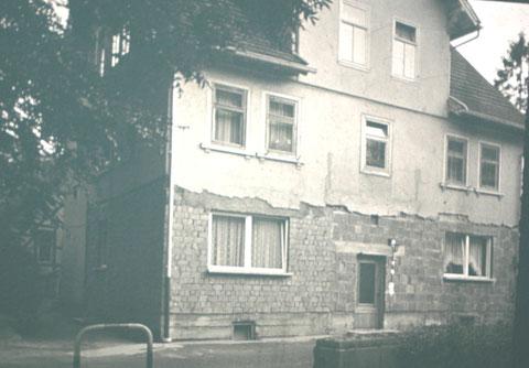 """Der Balkon ist verschwunden, das Erdgeschoß wurde geändert, links im Hintergrund der """"Ziegenstall"""""""
